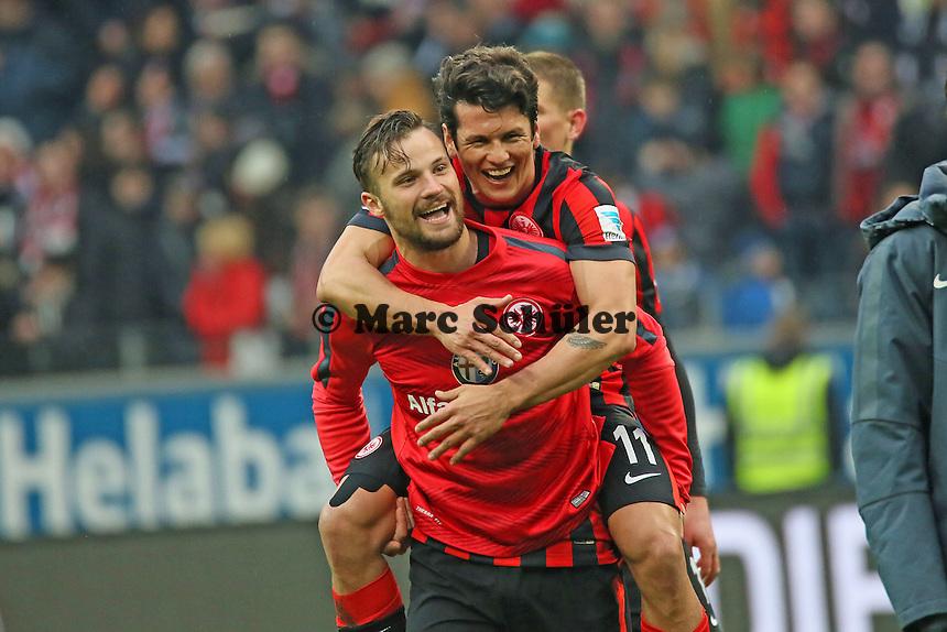 Siegesjubel Eintracht Frankfurt mit einem glücklichen Nelson Valdez, der auf Haris Seferovic reitet - Eintracht Frankfurt vs. SC Paderborn 07, Commerzbank Arena
