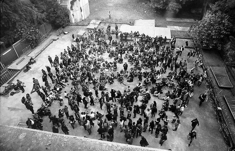 """Milano, un collettivo di """"Lavoratori dell'Arte e dello Spettacolo"""" occupa un edificio inutilizzato, Palazzo Citterio, per dare vita a un nuovo centro per le arti e la cultura chiamato MACAO. Assemblea --- Milan, a collective of """"Arts and Entertainment Workers"""" occupy an unused building from the 17th century, Palazzo Citterio, in order to create a new centre for arts and culture called MACAO. Assembly"""