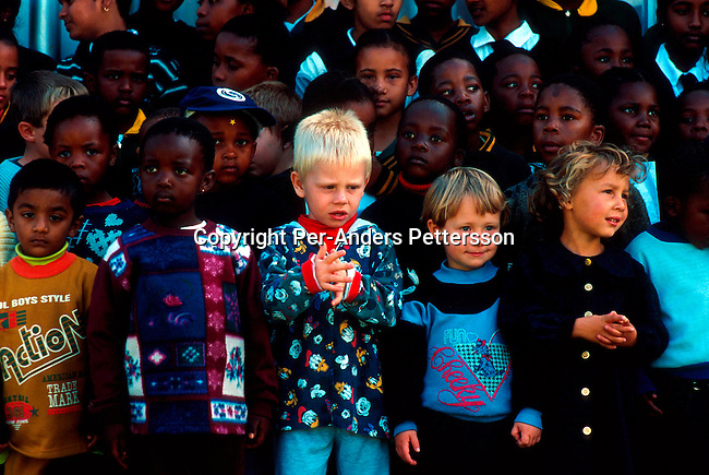 dippchi00109  Children. Black and white school children (mix race) waiting to see former south African president Nelson Mandela campaign at a rally on March 8, 1999 in Eastcourt a rural town in Natal Province in South Africa. South African's voted on June 2.  1999 and Thabo Mbeki became the new president after Nelson Mandela retired. .©Per-Anders Pettersson/ iAfrika Photos
