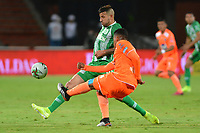 MEDELLÍN - COLOMBIA ,23-10-2019:Pablo Ceppelini (Izq.)  jugador del Atlético Nacional disputa el balón contra Santiago Ruiz (Der.) jugador de Envigado   durante partido por la fecha 19 de la Liga Águila II 2019 jugado en el estadio Atanasio Girardot de la ciudad de Medellín. /Pablo Ceppelini (L) player of Atletico Nacional fights the ball agaisnt of Santiago Ruiz (R)  player of Envigado  during the match for the date 19 of the Liga Aguila I 2019 played at the Atanasio Girardot  Stadium in Medellin  city. Photo: VizzorImage / León Monsalve / Contribuidor.