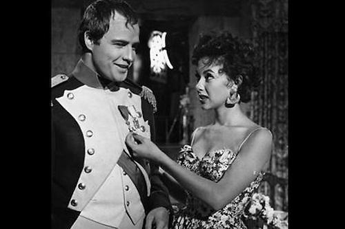 Rita Moreno con Marlon Brando.
