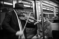 Europe/France/Ile de France/75/Paris: Dans le métro, Musicien tzigane [Non destiné à un usage publicitaire - Not intended for an advertising use]