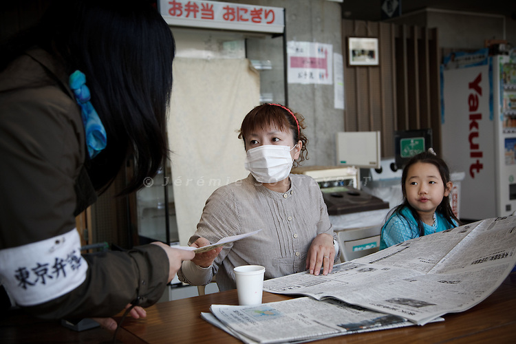 Tokyo, April 20 2011 - .(eng) Inside the Tokyo Budokan, temporary shelter provided by the Tokyo city hall,  Ai Izumisawa, 33, receive information from a social worker.. Ai Izumisawa used to live in Iwaki, 45km from the plant. She made the choice to escape to protect her daughter's health...(fr) Au Tokyo Budokan, gymnase mis à disposition par la mairie de Tokyo, Ai Izumisawa, 33 ans, recoit une aide d'une conseillere juridique pour la scolarisation de sa fille et pour trouver un moyen de payer le pret de son apartement. Originaire d'Iwaki, a 45km au sud de la centrale nucleaire de Fukushima Daiichi, Ai a choisi de fuir pour protéger la santé de sa fille, Miruku, 7 ans.