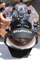 Le caisson PT-E03 (tranparent) qui protège l'Olympus E-410. Pour abriter le grand angle Zuiko ED 14-42 mm f/3.5-5.6, il faut également un impressionnant hublot PPO-E04... Sans oublier une bague d'extension PER-E02 (cylindre noir entre le caisson et le hublot).