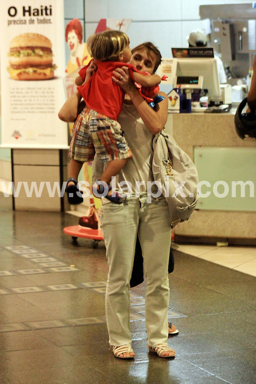 **ALL ROUND PICTURES FROM SOLARPIX.COM**.**SYNDICATION RIGHTS FOR UK AND SPAIN ONLY**.Brazilian actress Carolina Dieckmann taking her two children to a McDonalds in Sao Conrado, in Rio de Janeiro, Brazil. 19 January 2010..This pic: Carolina Dieckmann..JOB REF: 10510 PRT        DATE: 19_01_2010.**MUST CREDIT SOLARPIX.COM OR DOUBLE FEE WILL BE CHARGED**.**MUST NOTIFY SOLARPIX OF ONLINE USAGE**.**CALL US ON: +34 952 811 768 or LOW RATE FROM UK 0844 617 7637**
