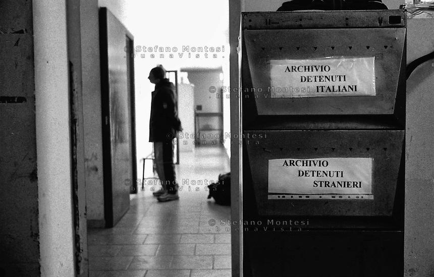 Roma 2000.Carcere di Regina Coeli  .Regina Coeli (Queen of Heaven) Prison..Uffcio Matricola, un detenuto in attesa di registrazione.Office Matriculates, a new prisoner waiting for register