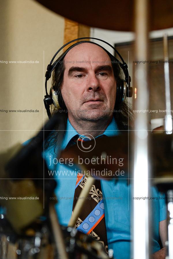 """Hamburg, Eisenhans Band """"Bitte Laecheln"""", ein integratives Bandprojekt von Thalia und Leben mit Behinderung e.V. , Studioaufnahmen fuer eine CD im Rahmen einer Foerderung der Aktion Mensch, Gastmusiker Guildo Horn am Schlagzeug"""
