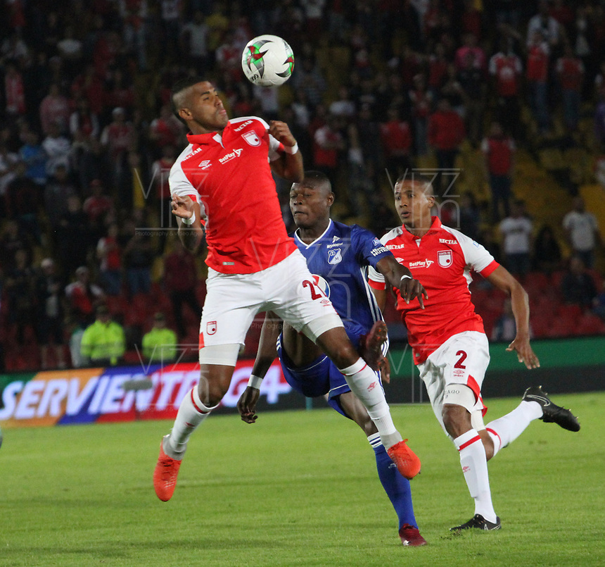 BOGOTÁ- COLOMBIA, 01-05-2019:Carlos Henao (Izq.) jugador del Independiente Santa Fe    disputa el balón contra Fabian Gonzalez Lasso (Centro.) jugador de Millonarios  durante partido por la fecha 19 de la Liga Águila I  2019 jugado en el estadio Nemesio Camacho El Campín  de la ciudad de Bogotá. /Carlos Henao (L) player of Independiente Santa Fe  fights for the ball  against of Fabian Gonzalez Lasso (C) player of Millonarios during the match for the date 19 of the Liga Aguila I 2019 played at the Nemesio Camacho El Campin  stadium in Bogota city. Photo: VizzorImage / Felipe Caicedo / Staff