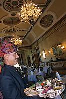 Asie/Inde/Rajasthan/Jaipur : Service des Thalis au restaurant Survana Mahal du Rambagh Palace