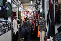SAO PAULO, SP, 08 de MAIO 2013 - FEIRA DA MADRUGADA - Clientes vão às compras na Feirinha da Madrugada do Brás, em São Paulo, que será fechada para reforma. O fechamento está previsto para ocorrer no próximo dia 9, mas comerciantes já protestaram em frente à Prefeitura na semana passada.  (FOTO: ADRIANO LIMA / BRAZIL PHOTO PRESS).