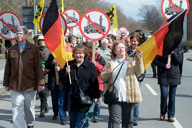 Die extrem rechte Partei Pro-NRW und die neofaschistische NPD protestierten am Sonntag dn 28.Maerz 2010 mit getrennten Demonstrationen gegen die Merkez-Moschee in Duisburg-Marxloh. Gegen die rechten Demonstrationen protestierten mehr als tausend Menschen aus dem Stadtteil und linken Organisationen mit Demonstrationen und Sitzblockaden auf den Demonstrationsrouten der Rechten. An den rechten Demonstrationen nahmen jeweils ca. 150 Personen teil.<br />Hier: Die Demonstration der extrem rechten Partei Pro-NRW.<br />28.3.2010, Duisburg <br />Copyright: Christian-Ditsch.de<br />[Inhaltsveraendernde Manipulation des Fotos nur nach ausdruecklicher Genehmigung des Fotografen. Vereinbarungen ueber Abtretung von Persoenlichkeitsrechten/Model Release der abgebildeten Person/Personen liegen nicht vor. NO MODEL RELEASE! Don't publish without copyright Christian-Ditsch.de, Veroeffentlichung nur mit Fotografennennung, sowie gegen Honorar, MwSt. und Beleg. Konto: I N G - D i B a, IBAN DE58500105175400192269, BIC INGDDEFFXXX, Kontakt: post@christian-ditsch.de Urhebervermerk wird gemaess Paragraph 13 UHG verlangt.]