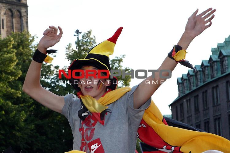 UEFA Euro 2008 1/2 Finale Fanmeile Bremen Match 29 <br /> Halffinal - Halbfinale<br /> Deutschland (GER) - TŁrkei (TUR) 3:2 (1:1)<br /> Germany vs. Turkey<br /> <br /> Fanmeile und Public Viewing in Bremen.<br /> Ein Fan jubelt auf den Schultern seines Kollegen. Er  tr&scaron;gt eine deutsche ZipfelmŁtze und hat eine Deutschlandfahne als Umhang um.<br /> <br /> Foto &copy; nph (  nordphoto  ) *** Local Caption ***