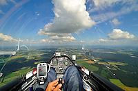 Cockpit: EUROPA, DEUTSCHLAND, NIESDERSACHSEN, (EUROPE, GERMANY), 22.06.2009: Segelflugzeug, Cockpit,  fliegen, Segelflug,   Aussenansicht, Haube, Instrumente, Luftbild, Luftansicht, Ausblick, Aussicht, ASH 26 E, Wolkenstrasse, Ausblick, steuern.