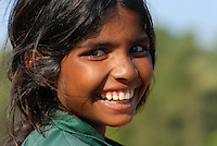 INDIEN Karnataka Moodbidri , Fischer Familien mit ihren Kindern am Fluss Phalguni, lachendes Maedchen / India Karnataka , fishing families with children at river Phalguni, laughing girl