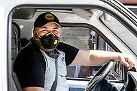 MEDELLIN - COLOMBIA, 28-04-2020: Un conductor de alimentos cumple su jornada de trabajo en Envigado, Medellín durante el día 36 de la cuarentena total en el territorio colombiano causada por la pandemia  del Coronavirus, COVID-19. / xxx in Medellin of during day 36 of total quarantine in Colombian territory caused by the Coronavirus pandemic, COVID-19. Photo: VizzorImage / Leon Monsalve / Cont