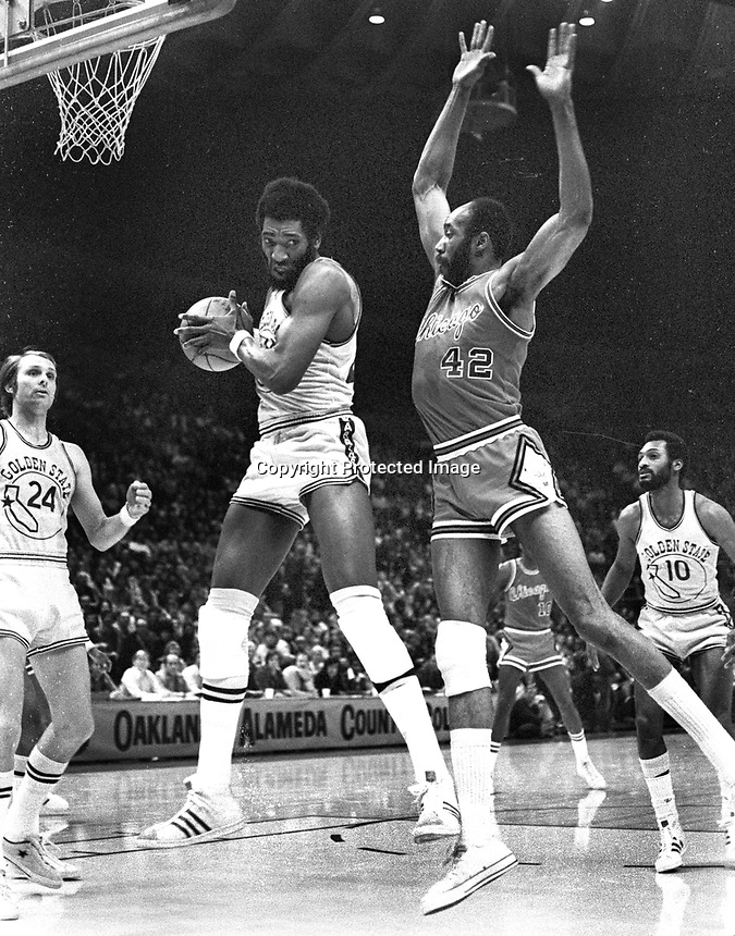 Warriors Clifford Ray and Chicago Bulls Nate Thurmond ..(1975 photo/Ron Riesterer)