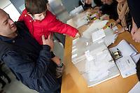 Spagna Barcellona  Elezioni all'assemblea catalana 25 Novembre 2012 Un seggio elettorale nella cittadina di  Gelida (Barcellona) un bambino deposita la scheda del padre