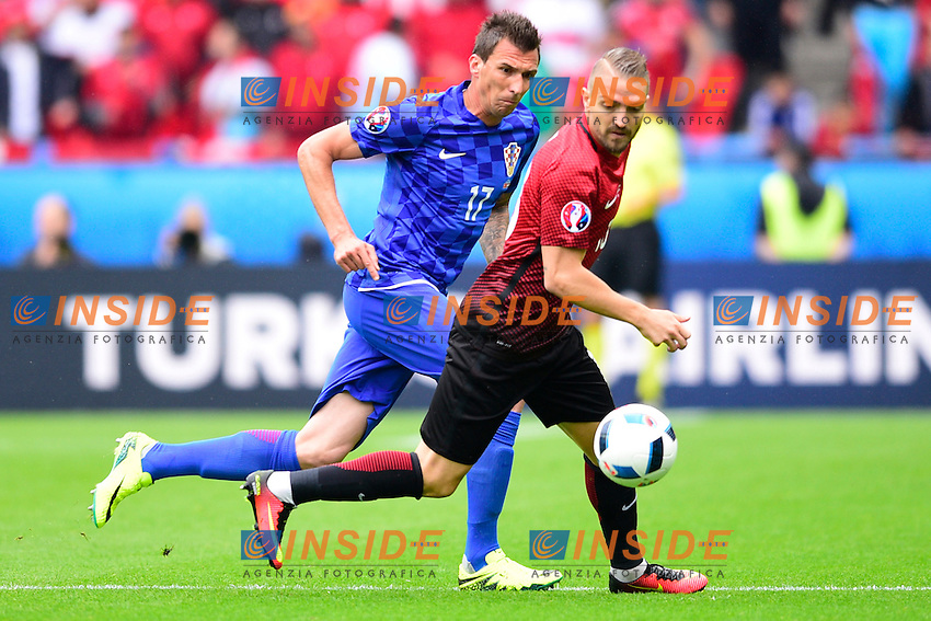 Mario Mandzukic ( Croatia ) - Caner Erkin ( Turkey )  <br /> Paris 12-06-2016 Parc des Princes Football Euro2016 Turkey - Croatia / Turchia - Croazia Group Stage Group D. Foto Panoramic / Insidefoto