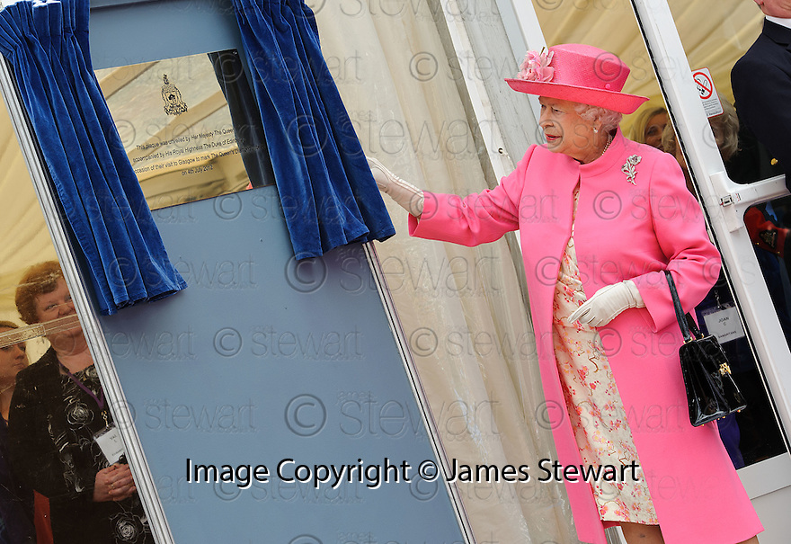 Her Majesty, Queen Elizabeth unviels a plaque to mark her visit to George Square, Glasgow as part of her Diamond Jubilee Celebrations.