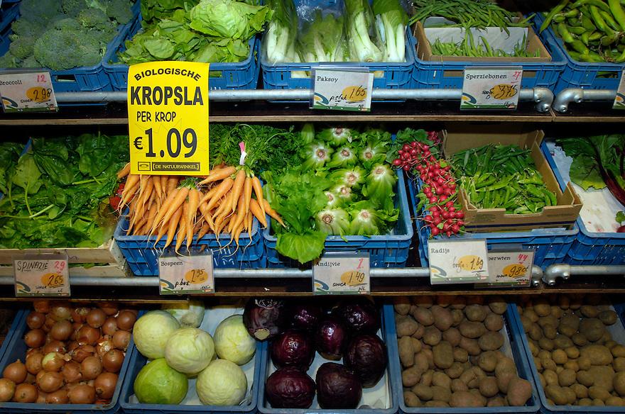 Nederland, Hilversum, 10 mei 2005.Biologische winkel Hilversum  .Biologische supermarkt, biosupermarkt. .biologische groente, onbespoten, gifvrij..Foto (c) Michiel Wijnbergh