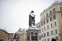 La statua di Giordano Bruno in Piazza Campo de Fiori ricoperta di neve. Una fitta nevicata ha imbiancato anche la Capitale dopo aver colpito gran parte dell'Italia provocando seri danni e enormi disagi alla circolazione di tutti i mezzi..A rare snowfall blanketed Rome. Other parts of the country experienced frigid temperatures unseen in years.