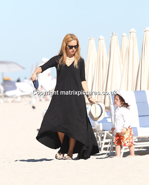 NON EXCLUSIVE PICTURE: MATRIXPICTURES.CO.UK.PLEASE CREDIT ALL USES..UK, AUSTRALIA, NEW ZEALAND AND ASIA RIGHTS ONLY..American stylist and television personality Rachel Zoe is pictured enjoying the beach with her son Skyler while holidaying in Miami today...DECEMBER 23rd 2012..REF: KDA 126112..XIM