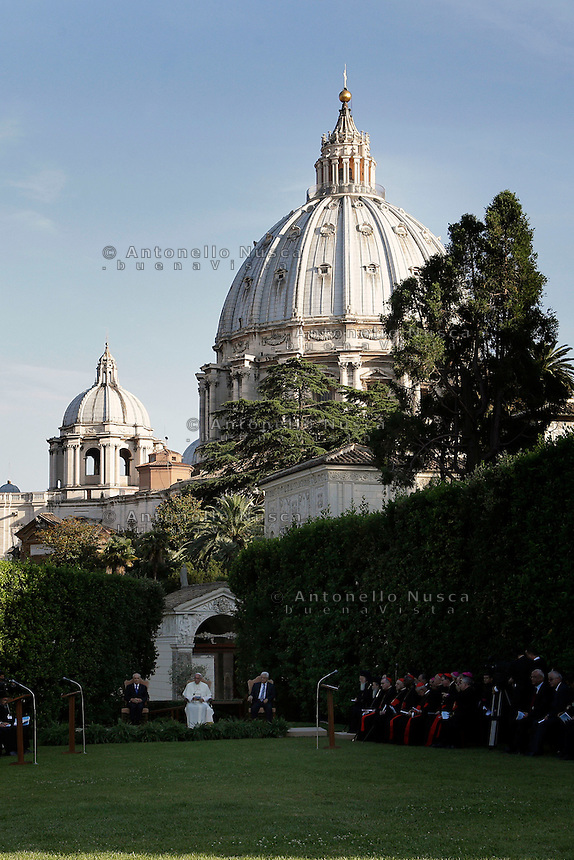 Citt&agrave; del Vaticano, 8 Giugno, 2014. Papa Francesco nei giardini vaticani insieme al leader Palestinese Mahmud Abbas e al Presidente Israeliano Shimon Peres durante la Messa della Pace. <br /> Vatican City, June 8, 2014. Pope Francis with Palestinian leader Mahmud Abbas (R) and Israeli President Shimon Peres during the peace prayer at the Vatican Gardens.