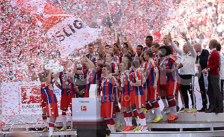 FUSSBALL   1. BUNDESLIGA   SAISON 2013/2014  34. SPIELTAG FC Bayern Muenchen - VfB Stuttgart             10.05.2014 Der FC Bayern bejubelt die 24. Deutsche Meisterschaft: Philipp Lahm (li) praesentiert die Schale