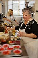 Europe/France/Aquitaine/40/Landes/Dax: Repas chez Madame Aimé, Boucherie: Maison Aimé, Simone Aimé prépare les fraises pour le dessert