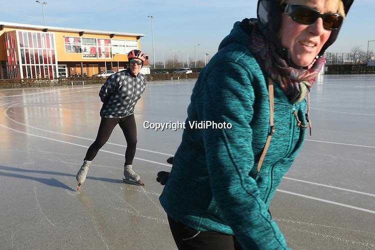 Foto: VidiPhoto<br /> <br /> ARNHEM - IJspret in Arnhem. Als eerste schaatsbaan van Nederland met natuurijs, ging Schaatsbaan De Schuytgraaf in Arnhem-Zuid maandagmorgen al open voor het publiek. Schaatsliefhebbers kregen echter nauwelijks de kans om te reageren, omdat de baan na enkele uren al weer dicht moest. Doordat de temperaturen stegen werd het ijs te zacht. Een handjevol schaatsers maakte echter van de gelegenheid gebruik om het eerste natuurijs van 2016 uit te proberen. Ook vorig jaar was De Schuytgraaf de eerste schaatsbaan in Nederland die open ging. Vrijwilligers van schaatsvereniging STG Rijnijssel waren samen met medewerkers van de gemeente Arnhem de hele nacht in de weer om een paar centimer dik ijs te construeren. De ondergrond wordt gevormd door het asfalt van de skeelerbaan.
