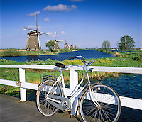 Netherlands, South Holland, Kinderdijk: Windmills and bicycle | Niederlande, Suedholland, Kinderdijk: Windmuehlen am Kanal