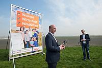 CDU-Berlin stellt Plakate zum Volksbegehren Tempelhofer Feld vor.<br />Am Donnerstag den 3. April 2014 stellte die Berliner CDU auf der Freiflaeche des ehemaligen Flughafen Tempelhof ihre Plakate zum Volksbegehren Tempelhofer Feld vor. Sie fordert einen Gesetzentwurf, der eine Bebauung um eine 230ha grosse Freiflaeche vorsieht.<br />Die Buergerinitiative 100% Tempelhof hatte hatte mit Unterschriftensammlungen das Volksbegehren erwirkt. Es wird am 25. Mai 2014 parralell zur Europawahl stattfinden.<br />Vorne im Bild: Kai Wegner, Generalsekretaer der CDU-Berlin.<br />Rechts: Stefan Evers, stadtenwicklungspolitischer Sprecher der CDU-Berlin.<br />3.4.2014, Berlin<br />Copyright: Christian-Ditsch.de<br />[Inhaltsveraendernde Manipulation des Fotos nur nach ausdruecklicher Genehmigung des Fotografen. Vereinbarungen ueber Abtretung von Persoenlichkeitsrechten/Model Release der abgebildeten Person/Personen liegen nicht vor. NO MODEL RELEASE! Don't publish without copyright Christian-Ditsch.de, Veroeffentlichung nur mit Fotografennennung, sowie gegen Honorar, MwSt. und Beleg. Konto:, I N G - D i B a, IBAN DE58500105175400192269, BIC INGDDEFFXXX, Kontakt: post@christian-ditsch.de]