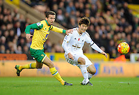 Gary O'Neil of Norwich City and Ki Sung-yueng of Swansea City during the Barclays Premier League match between Norwich City and Swansea City played at Carrow Road, Norwich on November 7th 2015