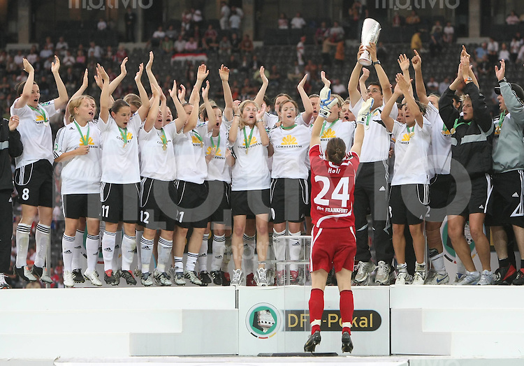 Fussball DFB Pokal : Pokalfinale Frauen   1.FFC Frankfurt - FCR 2001 Duisburg Torfrau Ursula Holl (Frankfurt) jubelt mit ihrer Mannschaft ueber den Sieg des DFB - Pokal der Frauen