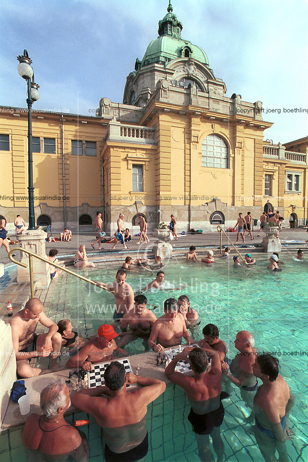 Ungarn Budapest, Badende und Schachspieler im Széchenyi Thermalbad, die Baeder werden mit geothermischen Wasser betrieben / Hungary Budapest, chess player in Széchenyi Thermal bath, which is heated by geothermal water