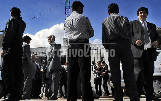 Gente durante un funeral en Quito.*People watches a funeral in Quito....