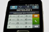 """SAO PAULO, SP, 27 JULHO 2012 - NONO DIGITO - uem mora na região metropolitana de São Paulo já deve ter recebido nos últimos meses duas ou três mensagens avisando sobre o acréscimo do dígito """"9"""" ao número do celular. A medida, anunciada em janeiro pela Agência Nacional de Telecomunicações (Anatel), já entra em vigor no domingo, 29 de julho. O objetivo é ampliar a numeração da área de DDD 11 (a capital paulista e 63 municípios da região). O dígito 9 será acrescentado à esquerda de todos os números móveis da área 11, com exceção dos números de rádio, como os da Nextel. Os celulares passarão a ter o formato 9xx-xxx-xxx. O período de transição é de 90 dias. Nos dez primeiros, chamadas com oito dígitos serão encaminhadas normalmente. Após o período, ligações incorretas serão interceptadas com alertas sobre o nono dígito. Depois dos 90 dias, as chamadas com oito dígitos não serão mais completadas. A Anatel estima que a transição custe R$ 300 milhões. FOTO: LEVI BIANCO - BRAZIL PHOTO PRESS."""