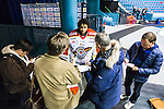 Stockholm 2014-01-08 Ishockey SHL AIK - Lule&aring; HF :  <br />  Lule&aring;s m&aring;lvakt Mark Owuya intervjuas av journalister efter matchen<br /> (Foto: Kenta J&ouml;nsson) Nyckelord:  portr&auml;tt portrait