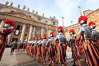 "Le Guardie Svizzere sfilano prima della Benedizione Urbi et Orbi di Papa Francesco in occasione del Natale, dalla loggia centrale della Basilica di San Pietro, Citta' del Vaticano, 25 dicembre 2013.<br /> Swiss Guards march prior to Pope Francis' ""Urbi et Orbi"" (""to the City and to the World)"" blessing on the occasion of the Christmas day from the central loggia of St. Peter's Basilica, Vatican, 25 December 2013.<br /> UPDATE IMAGES PRESS/Isabella Bonotto"