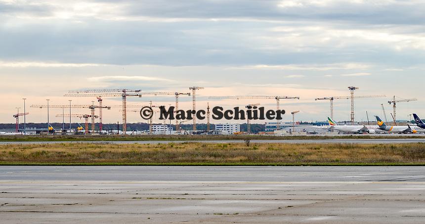 Kräne der Baustelle des Terminal 3 am Frankfurter Flughafen - Frankfurt 16.10.2019: Eichwaldschuele Schaafheim am Frankfurter Flughafen