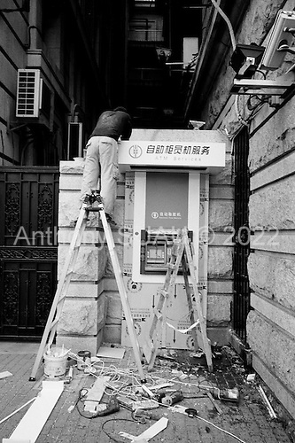 Shanghai, China.July 15, 2006..Installing an ATM machine along the Bund in central Shanghai.