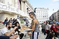Roma 14 Ottobre 2011.Indignati presidiano e si accampano in via Nazionale sulla scalinata del Palazzo delle Esposizioni  nei pressi di palazzo Koch sede di Bankitalia..Colazione