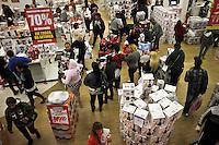 SÃO PAULO,SP,11 JANEIRO 2013 - MEGALIQUIDAÇÃO MAGAZINE LUIZA - Movimentação na manhã de hoje durante a megaliquidação na  Magazine luiza do Shopping Aricanduva na zona leste  .FOTO ALE VIANNA - BRAZIL PHOTO PRESS.