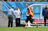 FUSSBALL WM 2014  VORRUNDE    GRUPPE G USA - Deutschland                  26.06.2014 Ein Flitzer stuermt den Platz