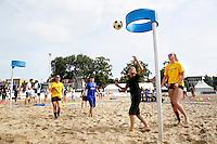 Nederland Zaandam 2016 07 09. Het Zaans Beach Event. De omgeving van de Burcht in het centrum van Zaandam is omgetoverd tot sportstrand. Het Zaans Beach Event is het eerste landelijke multi-beachsport toernooi van Nederland met clinics, toernooien en sportdagen. Korfbal. Foto Berlinda van Dam / Hollandse Hoogte
