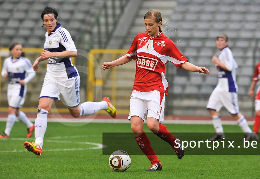 RSC Anderlecht Dames - Standard Femina de Liege : Julie Biesmans aan de bal voor Cecile De Gernier.foto DAVID CATRY / Vrouwenteam.be