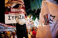 Elezioni in Grecia. Manifestazione finale di Syriza prima delle elezioni legislative, 14 giugno a Atene in piazza Omonia. Bandiere e manifesti di Syriza.