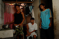 Three family members from the Basico port area slum of Manila show who have donated thir kidneys.Brothers Celedinio Pindengi, (right),  Juan Pindengi (far left) and brother in law, Santi Loranzio. All recieved around 90,000 pesos 1030 (pounds) for dotaing thier kidneys.<br />