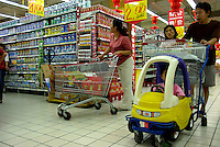 Chinese consumers shops in a Carrefour supermarket in Beijing, China September 12, 2006. China's consumer price index rose 1.3 percent in August compared with a year ago fueled by a 2.3 percent increase in prices for services, the National Bureau of Statistics said in a statement..12 Sep 2006