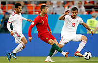 SARANSK - RUSIA, 25-06-2018: Mehdi TAREMI (Izq) y Majid HOSSEINI (Der) jugadorës de RI de Irán disputan el balón con Cristiano RONALDO (C) jugador de Portugal durante partido de la primera fase, Grupo B, por la Copa Mundial de la FIFA Rusia 2018 jugado en el estadio Mordovia Arena en Saransk, Rusia. /  Mehdi TAREMI (L) and Majid HOSSEINI (R) players of IR Iran fight the ball with Cristiano RONALDO (C) player of Portugal during match of the first phase, Group B, for the FIFA World Cup Russia 2018 played at Mordovia Arena stadium in Saransk, Russia. Photo: VizzorImage / Julian Medina / Cont
